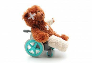 Gipsad nallebjörn i rullstol